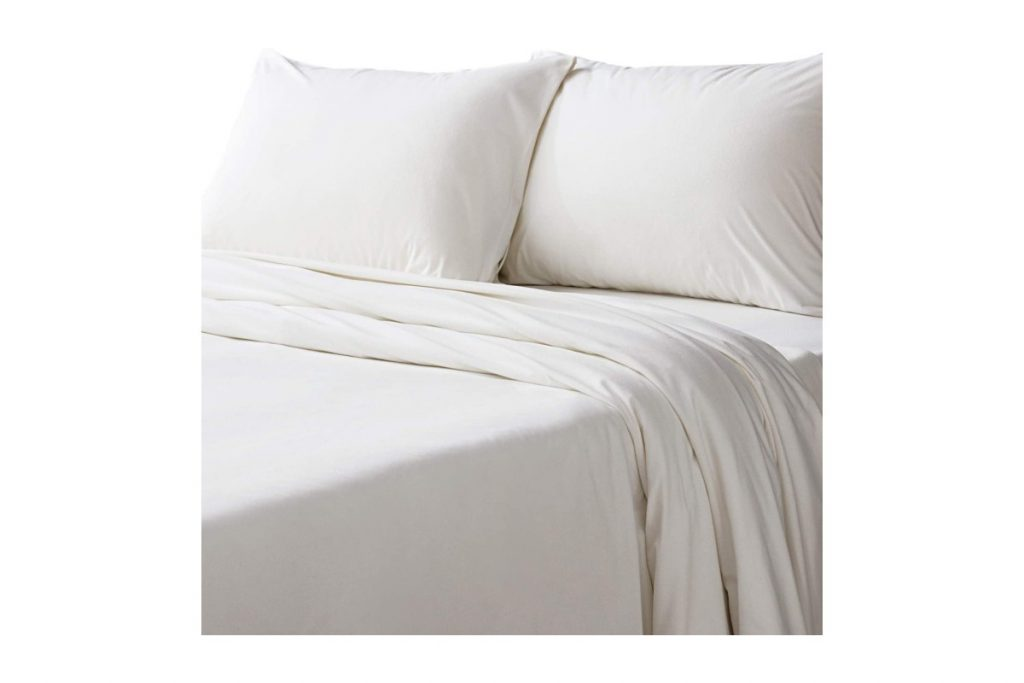 Bedsure Flannel Bed Sheet Set-4 Pieces Set on bed
